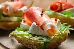 新鲜的三明治特写镜头用帕尔马火腿和咸味干乳酪乳酪 免版税库存照片