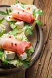 新鲜的三明治用帕尔马火腿、咸味干乳酪乳酪和火箭沙拉 库存图片
