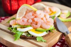 新鲜的三明治用虾和鸡蛋 免版税库存照片