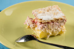 新鲜的与匙子的莓奶油馅饼在板材 免版税图库摄影