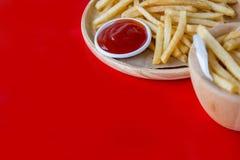 新鲜的与番茄酱快餐产品的土豆鲜美炸薯条 免版税图库摄影