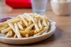 新鲜的与番茄酱快餐产品的土豆鲜美炸薯条 免版税库存图片