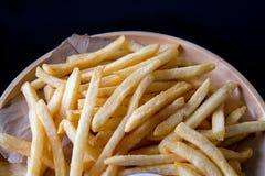 新鲜的与番茄酱快餐产品的土豆鲜美炸薯条 免版税库存照片