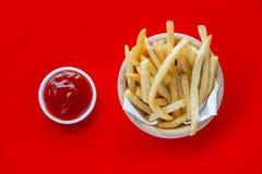 新鲜的与番茄酱快餐产品的土豆鲜美炸薯条 库存图片