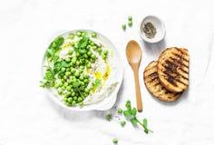 新鲜的乳清干酪乳酪用绿豆、橄榄油、胡椒和草本在轻的背景,顶视图 健康饮食食物-可口b 免版税库存图片