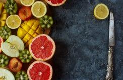 新鲜的五颜六色的有机果子,混杂的果子背景,健康生活方式,节食 免版税图库摄影