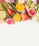 新鲜的五颜六色的水果和蔬菜品种在白色背景,顶视图,边界 免版税库存图片