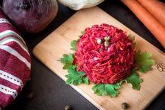 新鲜的五颜六色的沙拉:甜菜,红萝卜,圆白菜在一个木板服务 素食主义者o健康食物概念 图库摄影