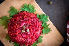 新鲜的五颜六色的沙拉:甜菜,红萝卜,圆白菜在一个木板服务 素食主义者o健康食物概念 免版税库存图片