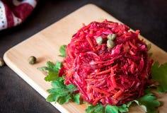 新鲜的五颜六色的沙拉:甜菜,红萝卜,圆白菜在木服务 免版税库存照片