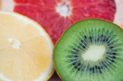 新鲜的五颜六色的热带水果-柠檬,猕猴桃,葡萄柚 库存图片