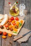 新鲜的五颜六色的蕃茄、橄榄油和面包 免版税库存图片