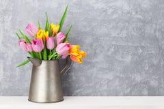 新鲜的五颜六色的郁金香开花花束 库存照片