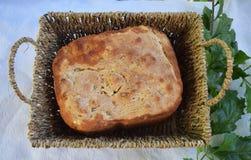 新鲜的仅家制面包从烤箱和立刻在桌上 库存照片