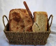 新鲜的仅家制面包从烤箱和立刻在桌上 图库摄影
