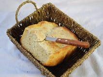 新鲜的仅家制面包从烤箱和立刻在桌上 免版税库存图片