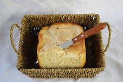 新鲜的仅家制面包从烤箱和立刻在桌上 库存图片