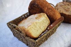 新鲜的仅家制面包从烤箱和立刻在桌上 免版税库存照片