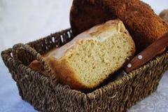 新鲜的仅家制面包从烤箱和立刻在桌上 免版税图库摄影