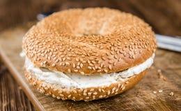 新鲜的做的乳脂干酪百吉卷 免版税库存照片