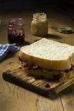 新鲜的做的花生酱和果冻三明治 免版税库存图片