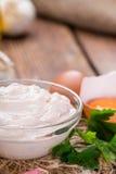 新鲜的做的蒜泥蛋黄酱 免版税库存照片
