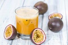 新鲜的做的Maracuja汁液 库存图片