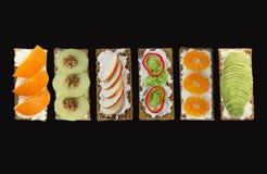 新鲜的健康开胃菜快餐用在黑背景的薄脆饼干 库存图片