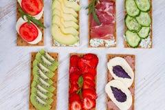 新鲜的健康开胃菜快餐用薄脆饼干、果子、莓果、hamon和乳酪 库存图片