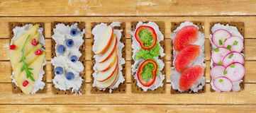 新鲜的健康开胃菜快餐用薄脆饼干 库存照片