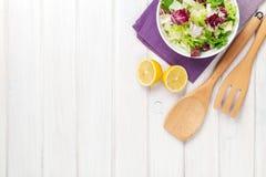 新鲜的健康沙拉和厨房器物 库存图片