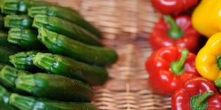 新鲜的健康生物红色和黄色辣椒粉和夏南瓜 库存照片