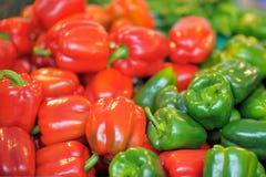 新鲜的健康生物红色和绿色辣椒粉 库存图片