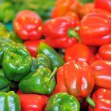 新鲜的健康生物红色和绿色辣椒粉 库存照片