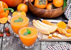 新鲜的健康稀烂鸡尾酒用橙色果子和莓果和 免版税图库摄影