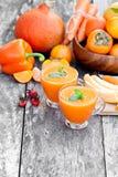 新鲜的健康稀烂鸡尾酒用橙色果子和莓果和 免版税库存图片