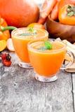 新鲜的健康稀烂鸡尾酒用橙色果子和莓果和 免版税库存照片