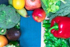 新鲜的健康色的要做圆滑的人的混合蔬菜和水果 维生素资源 免版税库存图片