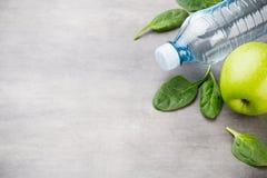 新鲜的健康菜,水 健康、体育和饮食概念 免版税库存照片