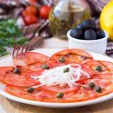 新鲜的健康蕃茄carpaccio用雀跃,香醋 免版税库存照片