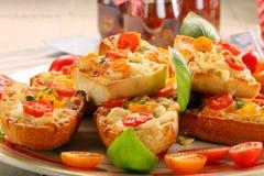新鲜的健康素食三明治用乳酪和蕃茄 免版税库存图片