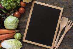 新鲜的农夫从上面销售水果和蔬菜与blackbo 免版税库存图片