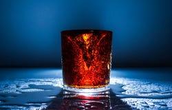 新鲜的冷的饮料水行动火运动飞溅果子,健康 免版税库存照片