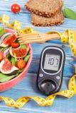 新鲜的准备的水果和蔬菜沙拉和glucometer与卷尺,健康营养的概念 图库摄影