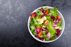 新鲜的凉拌生菜用莴荬菜和樱桃 库存图片