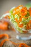 新鲜的切好的圆白菜和红萝卜沙拉  图库摄影