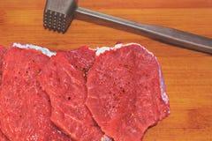 新鲜的切好的肉被锤击烹调在一个木板的剁 免版税库存图片