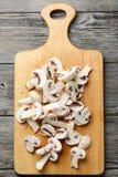 新鲜的切的白色未张开的蘑菇 库存照片