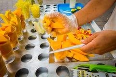 新鲜的切的芒果,街道食物在麦德林 免版税库存图片