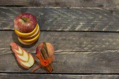 新鲜的切的苹果和桔子用桂香 免版税库存照片
